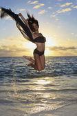 Schwarze tänzerin einen sprung in der luft — Stockfoto