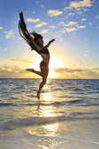 Havada sıçrayan siyah kadın dansçı — Stok fotoğraf