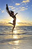 黒の女性ダンサーが空気に跳躍 — ストック写真