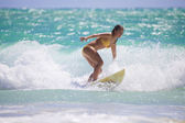 Fille en bikini jaune surf — Photo