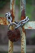 Old iron gates closed wiyh chain and padlock — Stock Photo