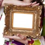 femme tenant un cadre photo — Photo #2921818