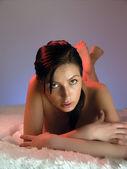 Jovem mulher na cama — Fotografia Stock