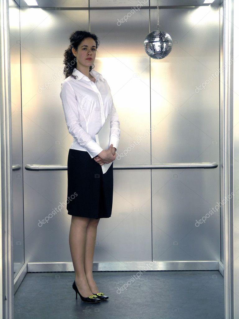 Фото девушки в лифте 7 фотография