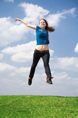 快乐的跳跃女孩 — 图库照片