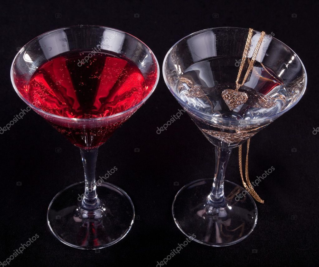 two glasses of cocktails and jewelry on a black background — Stock Photo #2878702