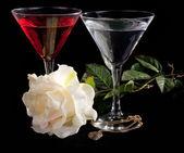玫瑰和两杯鸡尾酒 — 图库照片
