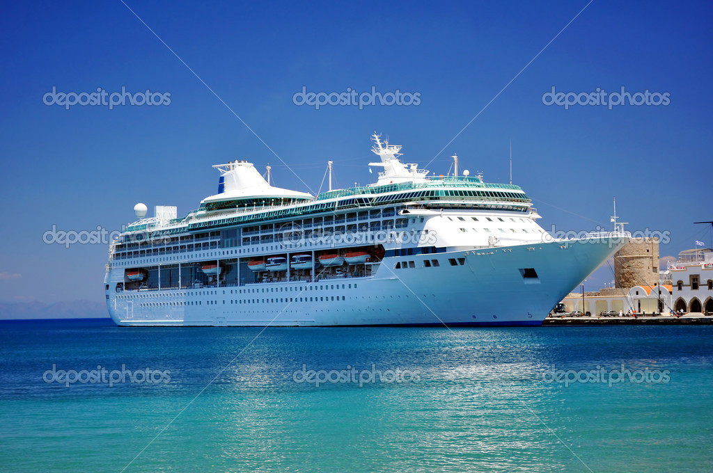 Cruise ship in the Mediterranean Sea. — Stockfoto #2845877