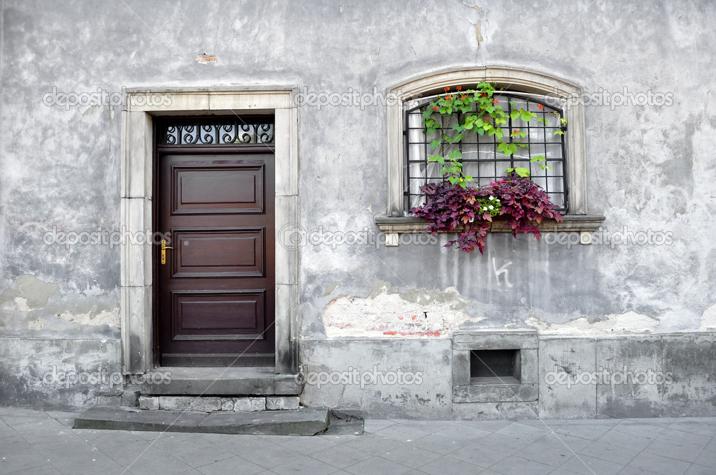 Simple old house facade in Warsaw, Poland. — Stock Photo #3887548