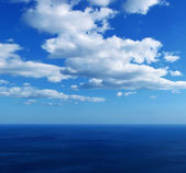 синее море с облаками — Стоковое фото