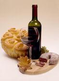 Vintage bardak ve şişe şarap — Stok fotoğraf