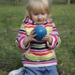 The little girl is considering a ball — Foto Stock