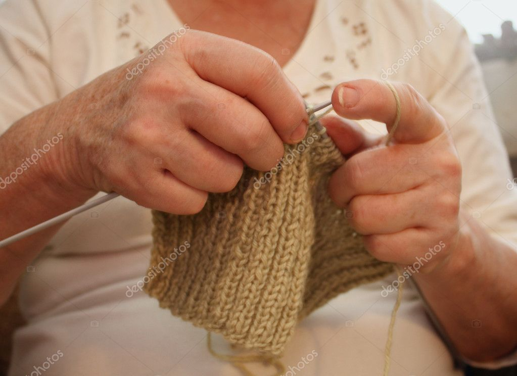 Knitting With Hands Only : Hands of an elderly woman knitting — stock photo