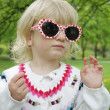 Child in sunglasses on a walk — Foto Stock