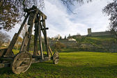 Catapult under city wall — Stock Photo