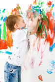 Child painting on wall — Stok fotoğraf