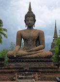 Bouddha dans les ruines de wat mahathat — Photo
