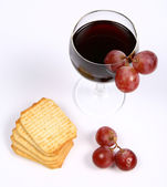 Red wine, red grapes and crackers — Stock Photo