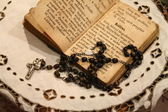 Rosary and prayerbook — Foto de Stock