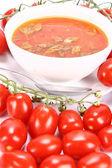 Sopa de tomate con hojas de albahaca — Foto de Stock