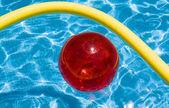 Bola vermelha na piscina — Foto Stock
