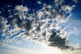 Moln över blå himmel — Stockfoto