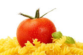 Some raw fusilli with tomato and basil — ストック写真