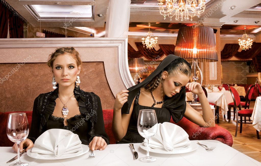 A portrait of two beautiful women on a table of a luxurious restaurant, for dinner — Stock Photo #2920291