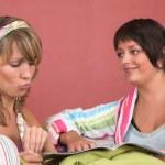 due amici leggendo insieme — Foto Stock