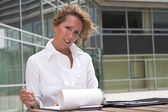Businesswoman working outdoors — Photo