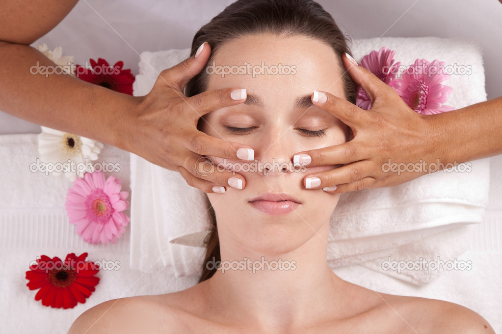 Beautiful brunette getting a facial massage in a spa center — Stock Photo #2949711