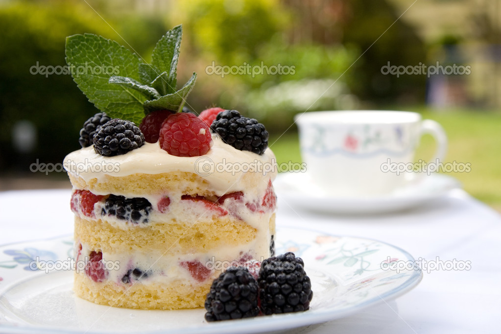 Beautifully decorated dessert served outdoors on a plate in the garden — Foto de Stock   #2984800