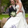 Bride and groom in the park — Stockfoto