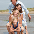 Foto Stock: Young family by seaside