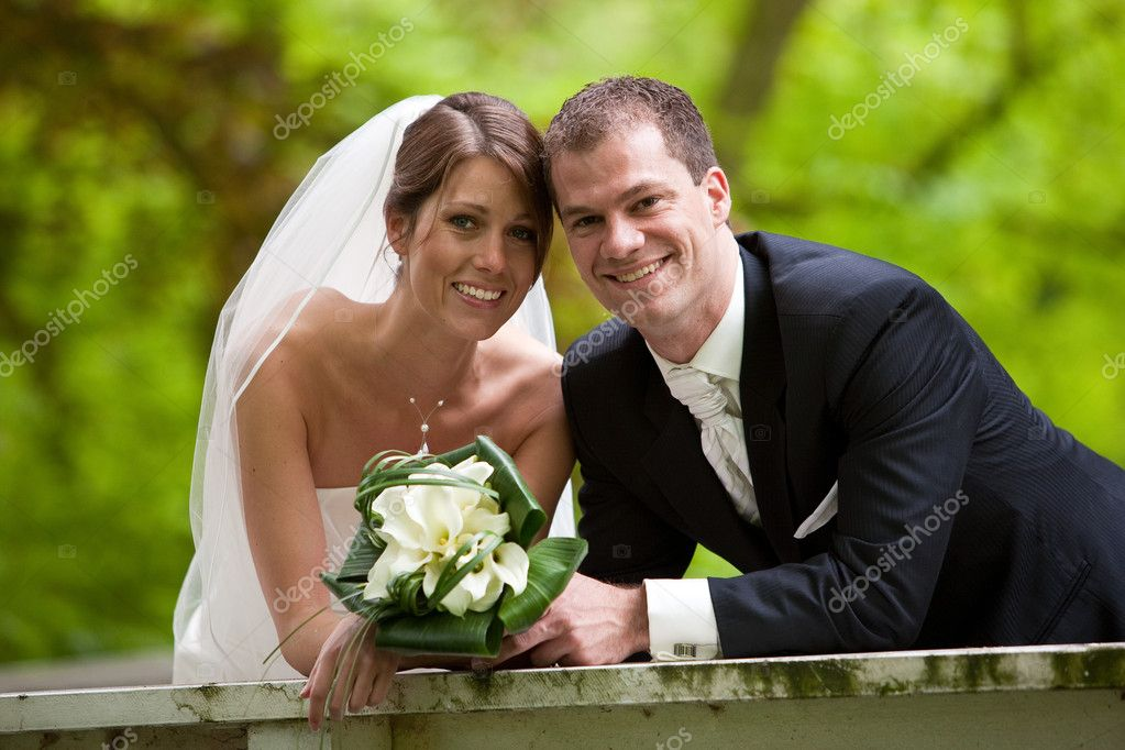 Bride on groom together on their weddingday looking happy — Stock Photo #3854762