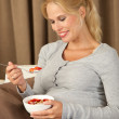 Beautiful pregnant woman eating healthy — Stock Photo