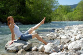 A woman enjoys the cooling on a cold River. — Stock Photo