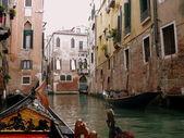 Gôndolas em canais venezianos — Fotografia Stock