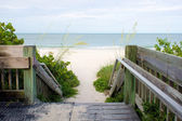 Wooden walkway leading to beach — Stock Photo