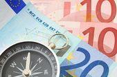 Bussola e denaro euro — Foto Stock