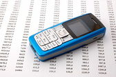 сотовый телефон над бизнес-диаграммы — Стоковое фото