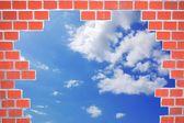 Briques et bleu ciel d'été — Photo