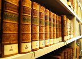 Oude boeken in bibliotheek — Stockfoto