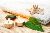 Pedras de toalha e zen de banho branco foldet — Fotografia Stock