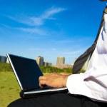 verksamhet man arbetar på en bärbar dator utomhus — Stockfoto