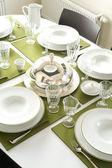 Hermosa mesa servida con servilletas verdes — Foto de Stock