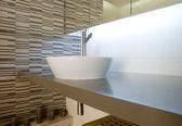Afundar-se em uma casa de banho — Fotografia Stock