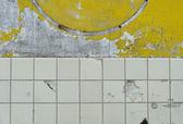 Rust circle,worn white yellow paint,tile — Stock Photo
