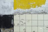 Farba żółta, rzędy białych płytek — Zdjęcie stockowe