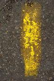 Colpo di striscia gialla grunge vernice pigmento su calcestruzzo — Foto Stock